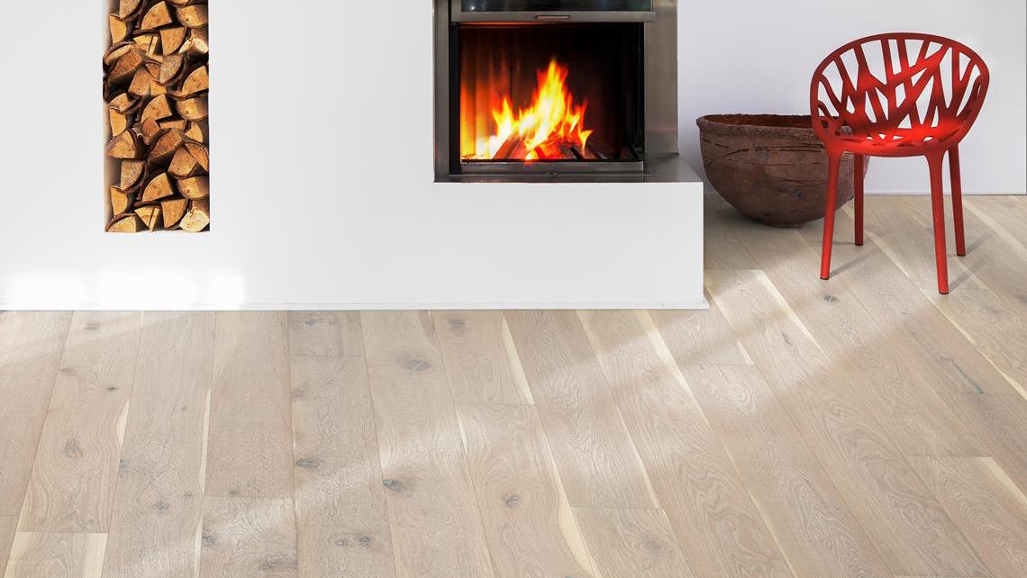 Rum med eldstad och ekgolv- nya golv i Lund