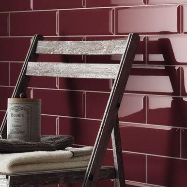 Röd kakelvägg med trästol